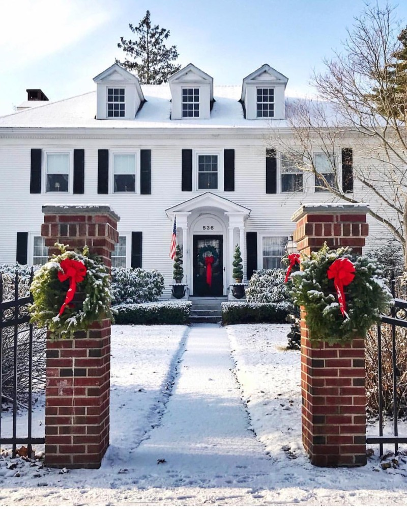 Back home in Cleveland, watching the Crown , and praying for snow by Christmas!! How pretty is this festive home? ❄️✨ | Regram @theyellownote - a must follow!