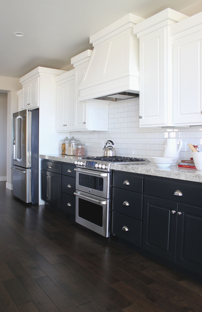 Dark navy blue kitchen cabinets for Blue and white kitchen cabinets