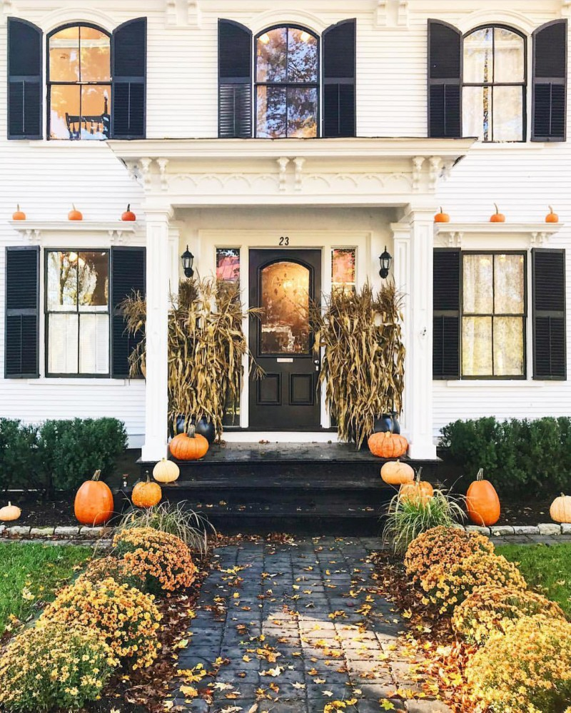 Not mad about all the major fall curb appeal on my feed right now. | #regram @abbycapalbo #fall #curbappeal #october #loveit #goals