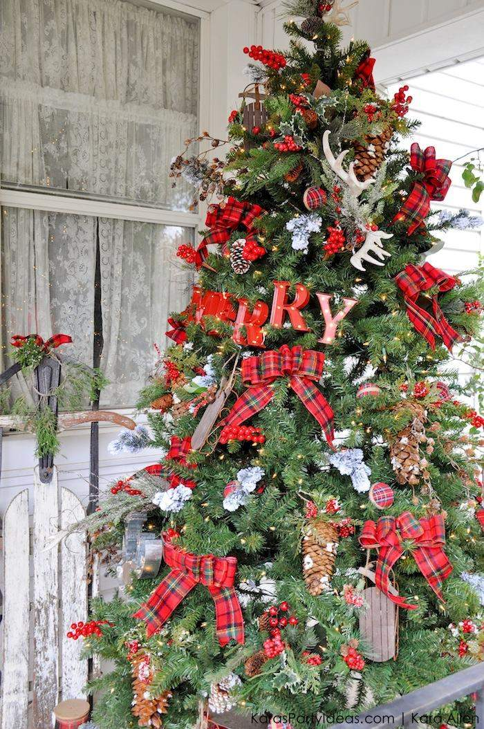 Classic-Red-Plaid-Christmas-Tree-Decorating-Idea-Cabin-